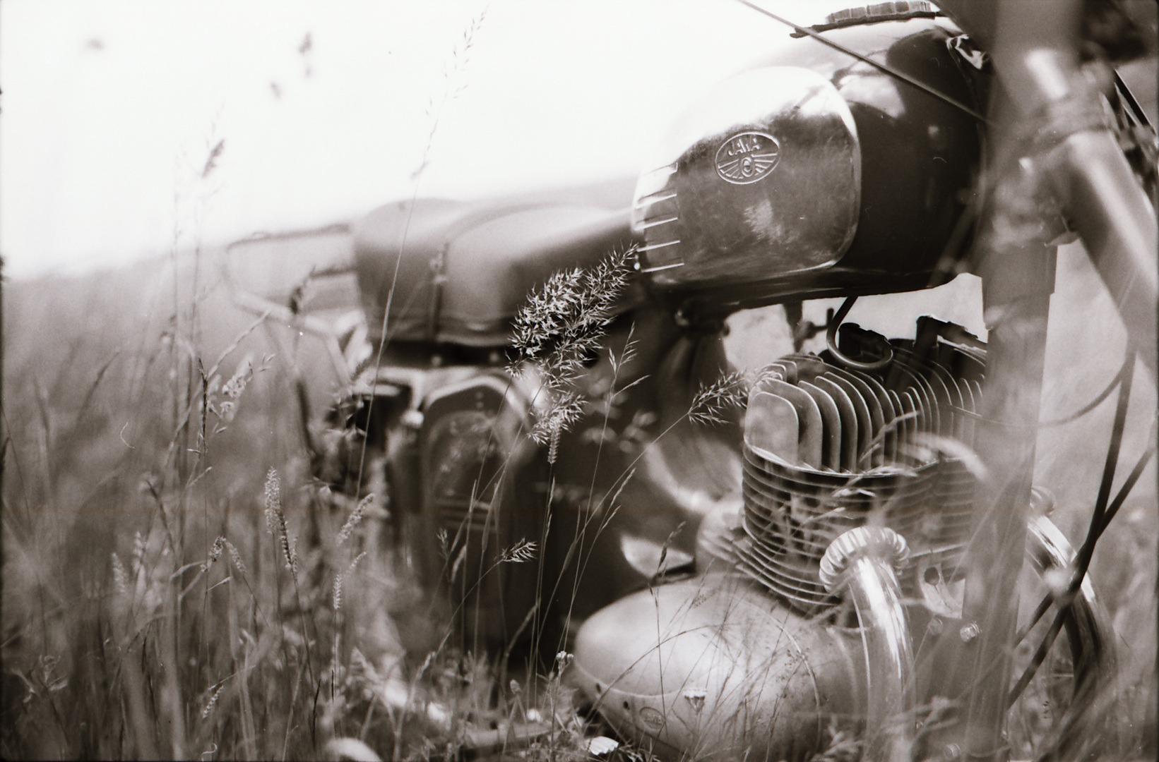 Black and white; moto; veteran; Jawa; kývačka; černobílé foto